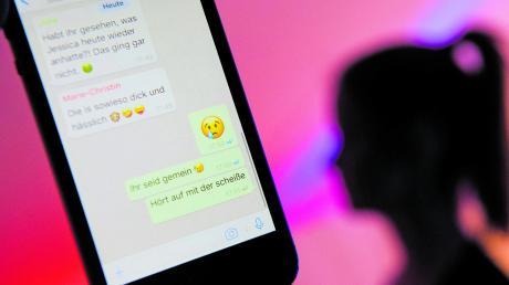 Immer häufiger werden Kinder Opfer von Cybermobbing. Dann sollten Eltern auf Unterlassung drängen, notfalls klagen. Dazu sollten Chats gesichert und Screenshots erstellt werden.
