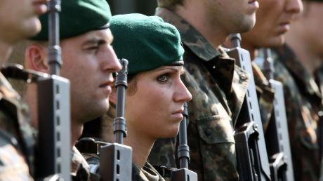 Eine Soldatin nach einem Afghanistan-Einsatz im Jahr 2006. Aktuell beträgt der Frauenanteil bei insgesamt 183000 Soldaten 12,5 Prozent.