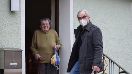 """Fritz Fischer von den Helfenden Händen übergibt """"Ebbas Warms"""" an die 95-jährige Anna Bachinger in Wörnitzostheim, die sich immer sehr darauf freut."""