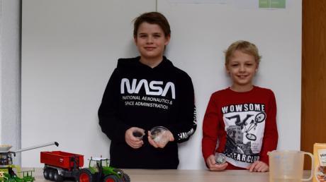 """Leon Huber (links) und Ludwig Gayer wurden für ihre Arbeit zum Thema """"Silofolie ohne Plastik"""" mit dem Sieg im Fachbereich Chemie auf Regionalebene belohnt."""