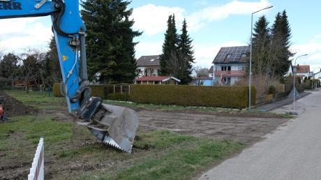 """Der Spatenstich für das erste Grundstück im neuen Baugebiet """"Oberer Ehla V"""" im Gundelfinger Süden ist gemacht. Die gewünschte Dachform des Bauherren sorgt im Stadtrat für Diskussionen."""