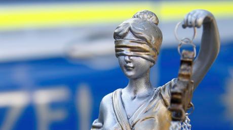 Ein Mann aus dem westlichen Landkreis Augsburg ist verurteilt worden, weil er seine Ehefrau jahrelang misshandelt hat.