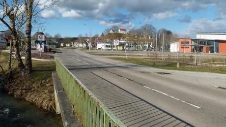 Die Schulstraße in Syrgenstein soll heuer umgestaltet werden. Dass durch Corona der Verkehr zurückgegangen ist, will die Gemeinde für die dringend notwendigen Arbeiten nutzen.