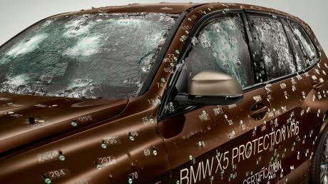 Ein BMW X5 Protection VR6 nach einem Beschusstest.