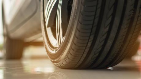 Mit den richtigen Reifen zu fahren, ist wichtig für die eigene Sicherheit. Wer den Tausch selbst vornimmt, geht ein Risiko ein.