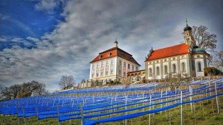 Schloss Leitheim, aufgenommen von der Südseite. Vor einigen Jahren wurde dort die alte Tradition des Weinbaus wieder aufgenommen.