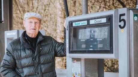 Friedrich Kircher war bis 2002 Bürgermeister in Egling. Vor zehn Jahren, mit 71, entschied er sich, eine Tankstelle zu bauen und bedient dort nach wie vor Kunden.