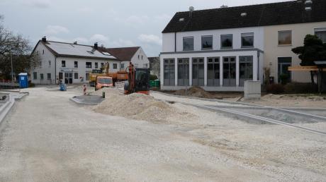 So sieht der aktuelle Stand der Baumaßnahmen an der Ortsdurchfahrt in Haunsheim aus. Rund 527.000 Euro investiert die Gemeinde heuer für die Gehwege. Rechts im Bild ist außerdem das Feuerwehrhaus zu sehen, das modernisiert und umgebaut werden soll.