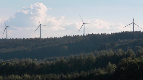 In Fuchstal sollen im Wald drei weitere Windkraftanlagen entstehen. Das Vorhaben spielte bereits im Kommunalwahlkampf 2020 eine große Rolle und beschäftigte den Gemeinderat in seiner jüngsten Sitzung wieder.