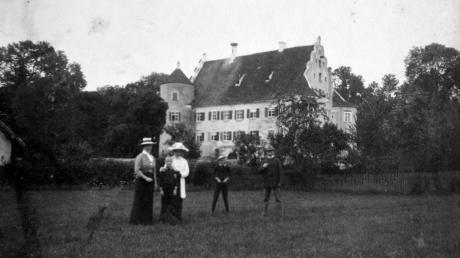 Das Bild zeigt Ilse Freifrau von Süßkind-Schwendi (links außen) und Ihr Ehemann S.E. General Richard Freiherr von Süßkind-Schwendi vor Schloss Bächingen (ganz rechts).