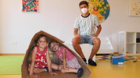 Eine riesige Packung aus Karton wird zur Höhle für diese beiden Mädchen aus der Sternchengruppe von Dennis Pfender. Mit anderen Pappgegenständen lässt sich ebenfalls vieles bauen.