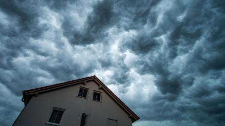Dunkle Wolken zogen über Ober- und Unterfranken. Starkregen und Gewitter sorgten für Überschwemmungen.