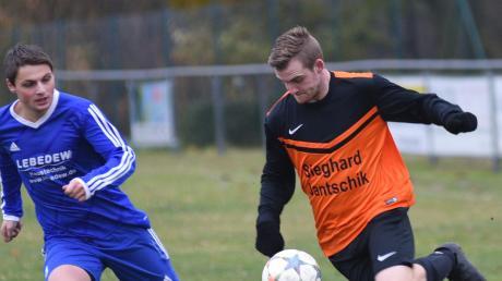 Maximilian Mayr (rechts), hier im Duell mit Kaisheims Robert Prestle bei einer Partie im Jahr 2018, erzielte einen der beiden Treffer zum Marxheimer Sieg gegen den SVK im Pokalduell.