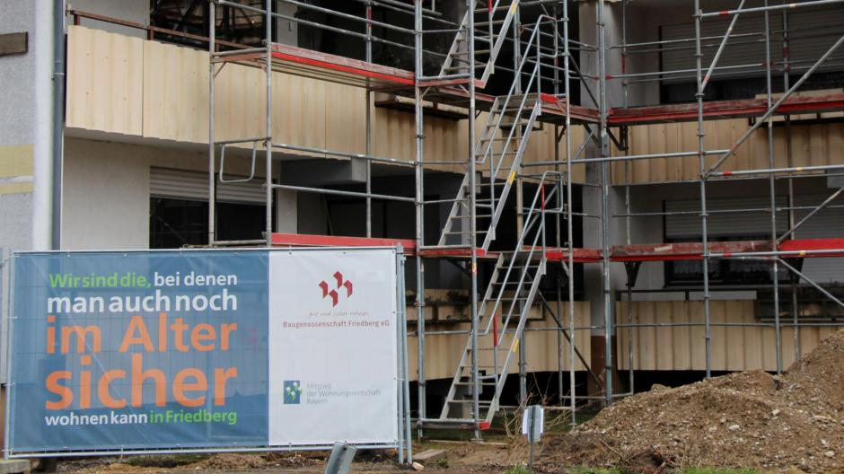 Selbstbewusst – wie hier in Friedberg bei Augsburg – treten Baugenossenschaften auf dem Wohnungsmarkt auf. In vielen Orten der Region gibt es gemeinnützige Modelle, die das Wohnen günstiger halten sollen.