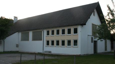 Eigentlich sollte die Mehrzweckhalle in Kinsau erst abgerissen werden, wenn das neue Dorfgemeinschaftshaus steht. Jetzt muss die Gemeinde neu planen.