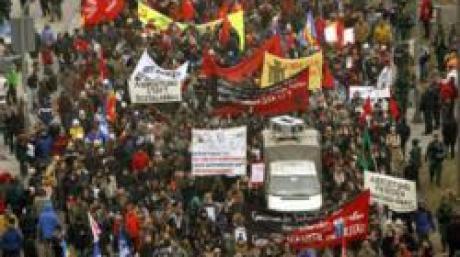 Demonstranten marschieren am Samstag (04.02.2006) am Karlsplatz über den Altstadtring von München. Sie protestieren gegen die 42. internationale Sicherheitskonferenz, die am Vortag begonnen hat. An dem dreitägigen Treffen nehmen fast 300 Verteidigungs- und Sicherheitsexperten aus aller Welt teil. Foto: Andreas Gebert dpa/lby +++(c) dpa - Bildfunk+++