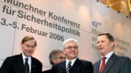 Am letzten Tag der 42. Münchner Konferenz für Sicherheit am Sonntag (05.02.2006) in München treffen sich der stellvertretende Außenminister der USA, Robert Zoellick (l-r), der Organisator der Veranstaltung Horst Teltschik (im Hintergrund) der deutsche Außenminister Frank-Walter Steinmeier und der russische Verteidigungsminister Sergej Iwanow zum Podiumsgespräch. An der Konferenz nehmen Außen- und Verteidigungsminister aus über 40 Ländern teil. Foto: Sicherheitskonferenz/Sebastian Zwez dpa/lby +++(c) dpa - Bildfunk+++