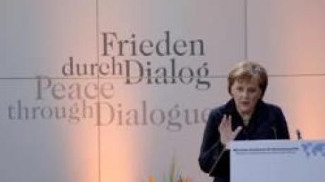 Bundeskanzlerin Angela Merkel hält auf der 42. Münchner Konferenz für Sicherheit am Samstag (04.02.2006) in München eine Rede. An der Konferenz nehmen Außen- und Verteidigungsminister aus über 40 Ländern teil. Foto: Guido Bergmann dpa/lby +++(c) dpa - Bildfunk+++