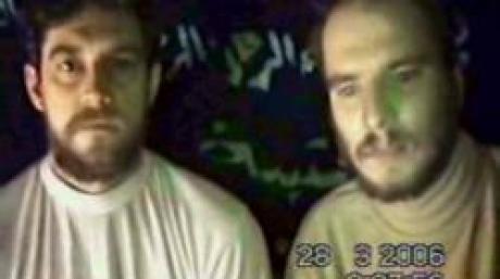 ARCHIV - Die beiden im Irak entführten deutschen Geiseln Rene Bräunlich (l) und Thomas Nitzschke auf einem Video, das auf einer islamistischen Internetseite zu sehen war und offensichtlich vom 28. März 2006 stammte (Archivfoto vom 09.04.2006). Bundesaußenminister Steinmeier hat bekannt gegeben, dass die deutschen Irak-Geiseln in Irak freigekommen sind. Foto: dpa (zu dpa 4531 vom 02.05.2006) +++(c) dpa - Bildfunk+++