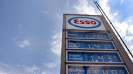 In den Himmel ragt am Mittwoch (09.08.2006) die Anzeigentafel für die Benzinpreise einer Tankstelle im hessischen Weiterstadt. Im Sog des teuren Rohöls hat der Spritpreis in Deutschland praktisch sein Rekordniveau erreicht. Super und Diesel verteuerten sich um jeweils drei Cent auf 1,41 und 1,18 Euro je Liter. Foto: Frank May dpa/lhe +++(c) dpa - Bildfunk+++