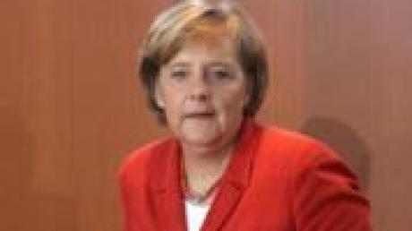 Bundeskanzlerin Angela Merkel (CDU) rückt am Kabinettstisch im Bundeskanzleramt in Berlin ihren Sessel zurecht. Die Ministerrunde beriet auf ihrer Sitzung unter anderem über die Situation auf dem Ausbildungsmarkt und beim Aufbau Ost. Foto: Tim Brakemeier dpa/lbn +++(c) dpa - Bildfunk+++