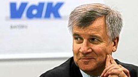 Der neue Landesvorsitzende des Sozialverbands VdK Bayern, Horst Seehofer, spricht am Samstag (23.04.2005) auf einer Pressekonferenz in Nürnberg. Der CSU-Sozialexperte und frühere Bundesgesundheitsminister war bereits am 3. Februar für das Ehrenamt nominiert worden. Die 70 Delegierten des rund 490 000 Mitglieder zählenden Sozialverbands VdK Bayern wählten Seehofer nun zu ihrem neuen Landesvorsitzenden. Foto: Alexander Rüsche dpa/lby +++(c) dpa - Bildfunk+++