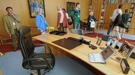 Besucher laufen am Samstag (11.06.2005) während des Tages der offenen Tür in der Münchner Staatskanzlei durch das Arbeitszimmer des bayerischen Ministerpräsidenten Stoiber. Auf dem Schreibtisch steht neben einem Laptop auch drei Bilder von seinen Kindern und seiner Frau. Die Staatsregierung öffnet bereits seit 1993 jedes Jahr die Türen der Staatskanzlei am Hofgarten. Foto: Peter Kneffel dpa/lby +++(c) dpa - Bildfunk+++