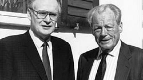 Der SPD-Ehrenvorsitzende Willy Brandt besucht den damaligen Vorsitzenden der südbayerischen Sozialdemokraten, Peter Glotz (l), in München anlässlich seines 50. Geburtstags (Archivfoto vom 22.06.1989). Der frühere SPD-Bundesgeschäftsführer Peter Glotz ist tot. Dies bestätigte ein Sprecher der Zeitschrift «Neue Gesellschaft Frankfurter Hefte», dessen Chefredakteur Glotz war. Demnach starb der 66-Jährige in der Schweiz. Glotz war von 1981 bis 1987 Bundesgeschäftsführer der SPD und bekleidete danach zahlreiche Parteiämter. Zuletzt war Glotz an der Universität St. Gallen als Medienwissenschaftler tätig. Foto: Martina Hellmann (Nur s/w; zu dpa4272) +++(c) dpa - Bildfunk+++