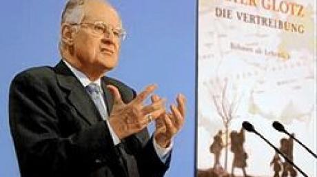 """Der Politiker und Wissenschaftler Peter Glotz (SPD) präsentiert in Berlin sein Buch """"Die Vertreibung. Böhmen als Lehrstück"""" (Archivfoto vom 29.09.2003). Peter Glotz ist tot. Dies bestätigte ein Sprecher der Zeitschrift «Neue Gesellschaft Frankfurter Hefte», dessen Chefredakteur Glotz war. Demnach starb der 66-Jährige in der Schweiz. Glotz war von 1981 bis 1987 Bundesgeschäftsführer der SPD und bekleidete danach zahlreiche Parteiämter. Zuletzt war Glotz an der Universität St. Gallen als Medienwissenschaftler tätig. Foto: Michael Hanschke (Zu dpa 033) +++(c) dpa - Bildfunk+++"""