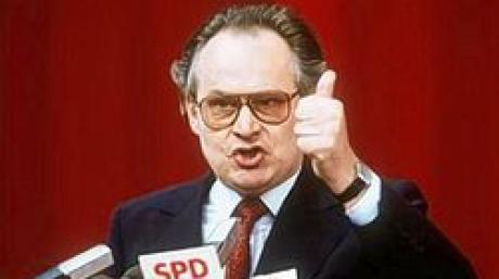 Der damalige SPD-Bundesgeschäftsführer Peter Glotz hält auf dem SPD-Parteitag in Essen 1984 eine Rede vor den Delegierten (Archivfoto vom Mai 1984). Peter Glotz ist tot. Dies bestätigte ein Sprecher der Zeitschrift «Neue Gesellschaft Frankfurter Hefte», dessen Chefredakteur Glotz war. Demnach starb der 66-Jährige in der Schweiz. Glotz war von 1981 bis 1987 Bundesgeschäftsführer der SPD und bekleidete danach zahlreiche Parteiämter. Zuletzt war Glotz an der Universität St. Gallen als Medienwissenschaftler tätig. Foto: Horst Ossinger (Zu dpa 4272) +++(c) dpa - Bildfunk+++