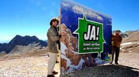 """Der Bergsteiger Reinhold Messner (l) und der bayerische Landesvorsitzende der Grünen, Sepp Daxenberger, präsentieren am Dienstag (06.09.2005) auf der Zugspitzplatt (2600 Meter) das höchste Wahlplakat Deutschland. Das Plakat trägt die Aufschrift """"JA! Umwelt und Klima vor Merkel schützen"""". Foto: Peter Kneffel dpa/lby +++(c) dpa - Bildfunk+++"""