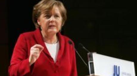 Die designierte deutsche Kanzlerin und CDU-Vorsitzende Angela Merkel spricht am Sonntag (23.10.05) beim Deutschlandtag der Jungen Union (JU) in der Augsburger Kongresshalle. Merkels Auftritt ist der Hoehepunkt der dreitaegigen Veranstaltung, bei der vor allem Kritik am schlechten Abschneiden der Union beim letzten Bundestagswahlkampf laut wurde. (zu ddp-Text) Foto: Johannes Simon/ddp