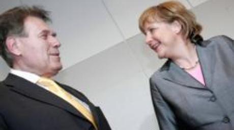 ARCHIV: CDU-Chefin Angela Merkel (r.) und der CSU-Landesgruppenchef Michael Glos (l.) lachen zu Beginn der CDU/CSU-Fraktionssitzung in Berlin (Foto vom 28.06.05). CSU-Landesgruppenchef Michael Glos soll nach Medienberichten anstelle von CSU-Parteichef Edmund Stoiber Wirtschaftsminister in einer schwarz-roten Bundesregierung werden. Die fuer Dienstag (01.11.05) geplante Telefonkonferenz des CSU-Praesidiums sollte nach Informationen des ZDF-Hauptstadtstudios nicht mehr der Entscheidungsfindung Stoibers dienen, sondern der Nachfolgeregelung. Favorit fuer das Amt des Wirtschafts- und Technologieministers sei Glos, berichtete der Sender unter Berufung auf CSU-Kreise. (zu ddp-Text) Foto: Oliver Lang/ddp
