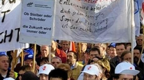Mehr als 10 000 Menschen protestieren am Dienstag (16.03.2004) auf dem Münchner Marienplatz gegen die Sparpolitik von Bayerns Ministerpräsident Edmund Stoiber. Zur Kundgebung, die gleichzeitig mit den Haushaltsberatungen im Landtag stattfand, hatte der Deutsche Gewerkschaftsbund (DGB) aufgerufen. Foto: Johannes Ring dpa/lby