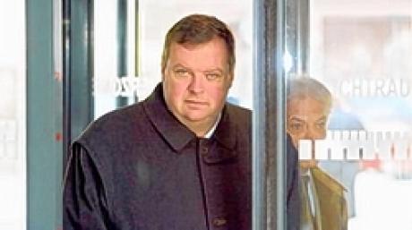 Max Strauß (l) und sein Rechtsanwalt Wolfgang Dingfelder (r) am Dienstag (13.04.2004) bei ihrer Ankunft im Augsburger Landgericht. Der 44-jährige Max Strauß muss sich wegen Steuerhinterziehung verantworten. Die Anklage wirft ihm vor, Provisionszahlungen in Höhe von 2,6 Millionen Euro nicht versteuert zu haben. Foto: Karl-Josef Hildenbrand dpa/lby