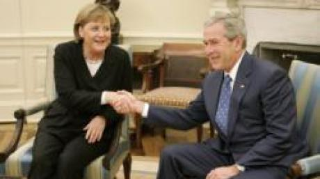 US President George W. Bush shakes hands with German Chancellor Angela Merkel during a meeting in the Oval Office of the White House in Washington, DC Thursday 04 January 2007. EPA/SHAWN THEW +++(c) dpa - Bildfunk+++