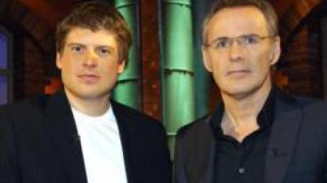 """Der Radsportler Jan Ullrich (l) steht am Montag (26.02.2007) in Hamburg mit dem Moderator Reinhold Beckmann kurz vor Beginn der am gleichen Tag ausgestrahlten Aufzeichnung von """"Beckmann"""" im Studio. Der 33-Jährige beendet seine Profilaufbahn und plant, für einen österreichischen Rennstall als Werbeträger und Repräsentant tätig zu werden. Foto: Wolfgang Langenstrassen dpa/lno +++(c) dpa - Bildfunk+++"""