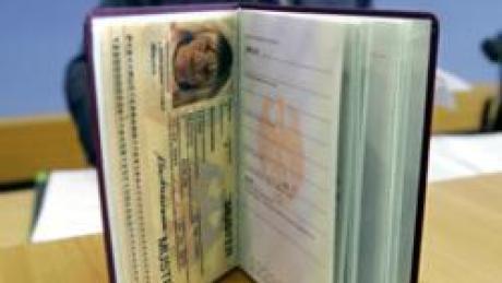 ARCHIV - Ein neuer Reisepass, bei dem biometrische Merkmale des Inhabers auf einem Chip gespeichert sind, wird in Berlin vorgestellt (Archivfoto vom 01.06.2005). Nach einem Bericht über eine Sicherheitslücke bei den Chips in elektronischen Reisepässen haben die Grünen bei Innenminister Schäuble (CDU) mehr Datensicherheit angemahnt. Das Innenministerium wies den Bericht zurück. Der deutsche Sicherheitsexperte Grünwald knackte nach Angaben der «Bild»-Zeitung (Ausgabe vom 07.08.2006) den Code des neuen elektronischen Reisepasses und behauptete, mit den kopierten Daten in jedes Land einreisen zu können. Foto: Peer Grimm (zu dpa 4242 vom 07.08.2006) +++(c) dpa - Bildfunk+++