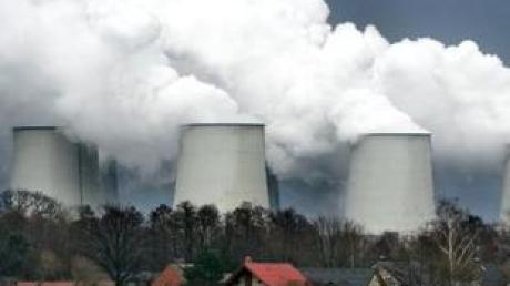 Dampfwolken steigen aus den Kühltürmen eines Kraftwerks (Archivfoto).