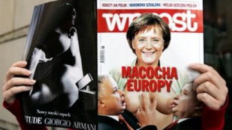 """Das polnische Magazin """"Wprost"""" zeigt auf seiner Titelseite eine Fotomontage mit den Kaczynski-Zwillingen an der nackten Brust der deutschen Kanzlerin"""