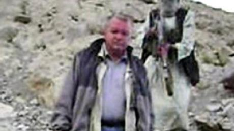 Der entführte deutsche Bauingenieur inmitten von maskierten Männer.