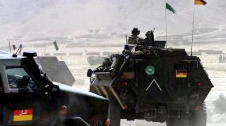 Deutsche ISAF-Soldaten treffen in Panzerfahrzeugen am Ort des Anschlags ein.