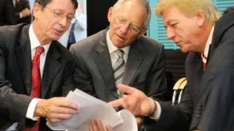 Bundesinnenminister Wolfgang Schäuble (CDU, Mitte) unterhält sich mit Ehrhart Körting (SPD, Berlin) und Volker Bouffier (CDU, Hessen, r).
