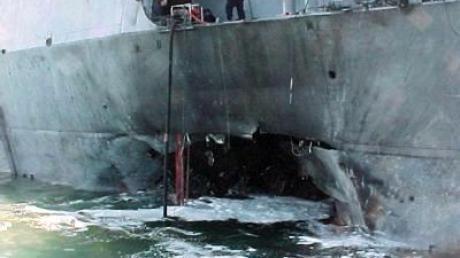 """Das zerstörte US-Kriegsschiff """"USS Cole"""" im Jahr 2000 nach einem Terroranschlag mit einem Sprengstoffboot."""