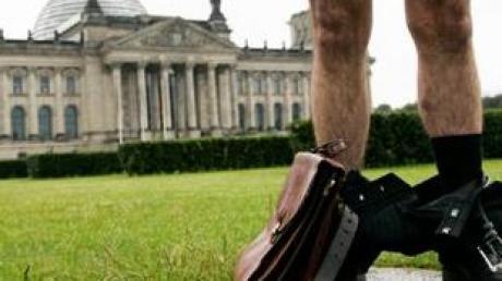 Hose runter, Blick in die Tasche: Bundestags-Abgeordnete müssen künftig ihre Nebeninkünfte veröffentlichen (Symbolbild).