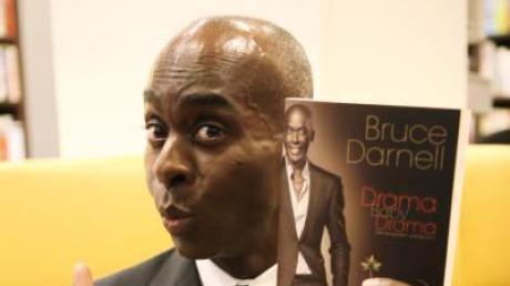Der Modelcoach und Choreograf Bruce Darnell mit seinem Buch «Drama Baby Drama - Wie Sie werden, was Sie sind».