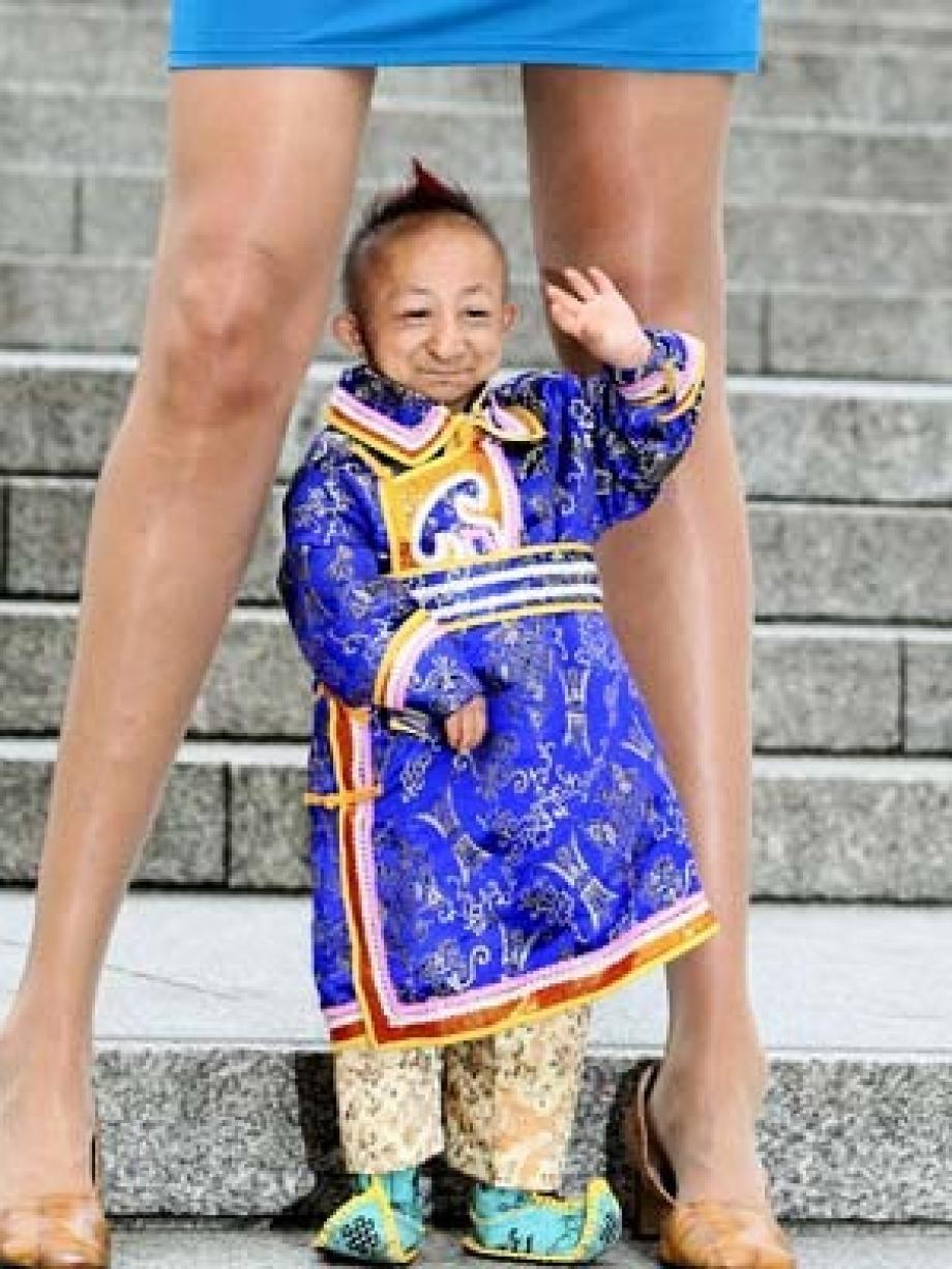 Kleinster Mann der Welt trifft Frau mit längsten Beinen