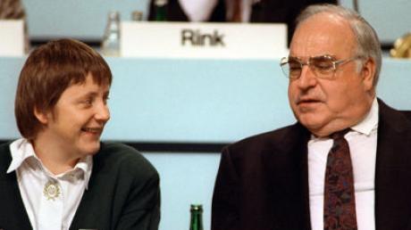 Bundeskanzler Helmut Kohl und Frauenministerin Angela Merkel während des Parteitags der CDU am 16. Dezember 1991 im Kulturpalast in Dresden.