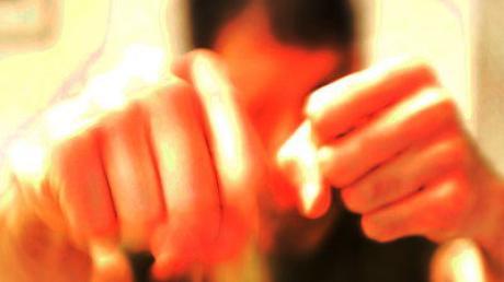 Gewalt, Prügel, Schläge, Schlägerei, Hass, zuschlagen, verprügeln, schlagen, Arrest, Jugendgewalt, Polizei, Anklage