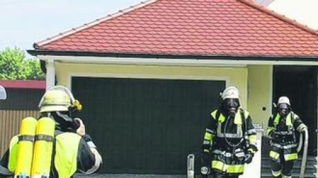Atemschutzgeräte waren notwendig, um den Schwelbrand im Keller eines Hauses in Illerzell bekämpfen zu können. Die örtliche Feuerwehr hatte den Brand schnell gelöscht. Foto: wis